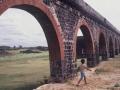 Jeune promeneur au milieu de vieilles pierres