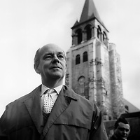 Loys Masson (1915-1969) poete romancier et dramaturge franco-mauricien devant l'eglise Saint Germain des Pres a Paris vers 1965 ---  Loys Masson (1915-1969) french Mauritian noveslist, poet and playwright in front of saint Germain des Pres church in Paris c. 1965 Copyright Rue Des Archives/Writer Pictures NO FRANCE, NO AGENCY SALES
